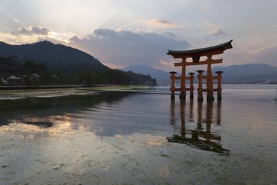 https://imgc.allpostersimages.com/img/posters/the-floating-miyajima-torii-gate-of-itsukushima-shrine-at-sunset_u-L-PWFGVR0.jpg?artPerspective=n