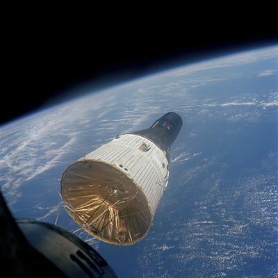 https://imgc.allpostersimages.com/img/posters/the-gemini-titan-7-spacecraft-in-earth-orbit_u-L-PJ1UMX0.jpg?artPerspective=n