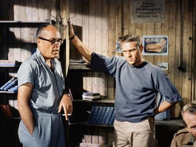 THE GREAT ESCAPE, 1963 directed by JOHN STURGES On the set, the director John Sturges and Steve McQ