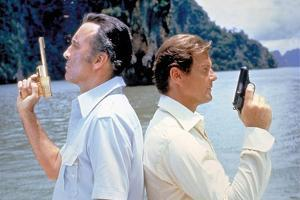 THE MAN WITH THE GOLDEN GUN, 1974 directed by GUY HAMILTON Christopher Lee / Roger Moore (photo)