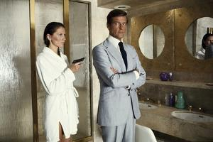 THE MAN WITH THE GOLDEN GUN, 1974 directed by GUY HAMILTON Maud Adams and Roger Moore (photo)