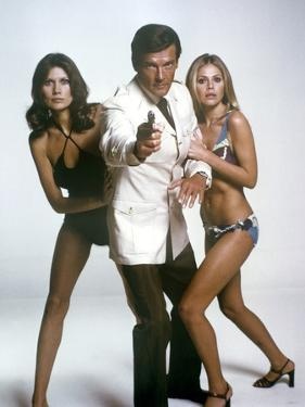 THE MAN WITH THE GOLDEN GUN, 1974 directed by GUY HAMILTON Maud Adams, Roger Moore and Britt Ekland