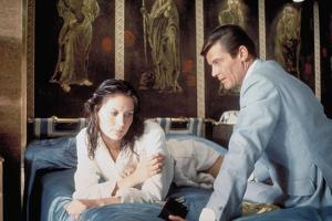 THE MAN WITH THE GOLDEN GUN, 1974 directed by GUY HAMILTON Maud Adams / Roger Moore (photo)