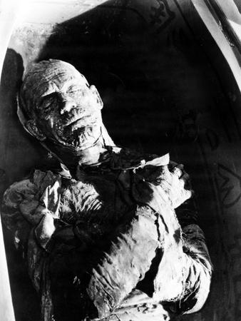 https://imgc.allpostersimages.com/img/posters/the-mummy-boris-karloff-1932_u-L-Q12PJ9K0.jpg?artPerspective=n