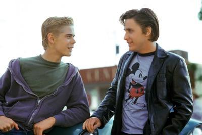 THE OUTSIDERS, 1982 directed by FRANCIS FORD COPPOLA Thomas C. Howell and Emilio Estevez (photo)