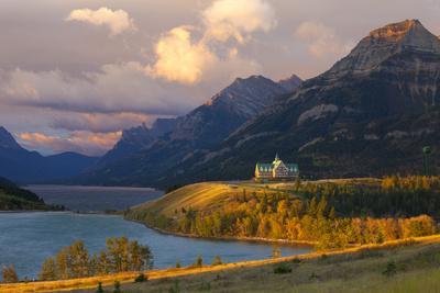 https://imgc.allpostersimages.com/img/posters/the-prince-of-wales-hotel-at-sunrise-waterton-lakes-national-park-alberta-canada-north-america_u-L-PXXQAB0.jpg?p=0