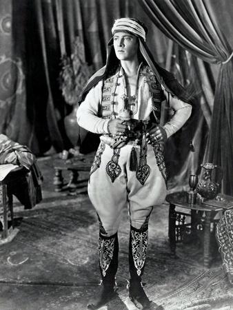 https://imgc.allpostersimages.com/img/posters/the-sheik-rudolph-valentino-1921_u-L-PJYSTD0.jpg?artPerspective=n