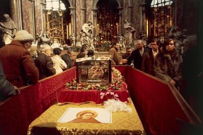 https://imgc.allpostersimages.com/img/posters/the-skeleton-of-saint-anthony-on-display-in-the-relics-chapel_u-L-PPXHHH0.jpg?p=0