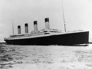 The Titanic Sails on the Ocean