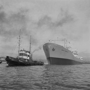 Towing the World Grandeur Ship