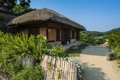 https://imgc.allpostersimages.com/img/posters/traditional-wooden-house-in-the-yangdong-folk-village-near-gyeongju-south-korea-asia_u-L-PQ8MIN0.jpg?p=0
