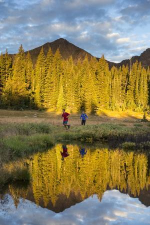 https://imgc.allpostersimages.com/img/posters/trail-runners-in-the-eagles-nest-wilderness-in-colorado_u-L-Q1BB2850.jpg?p=0