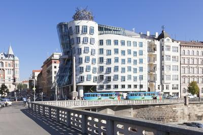 https://imgc.allpostersimages.com/img/posters/tram-in-front-of-the-dancing-house-ginger-and-fred-by-frank-gehry_u-L-PQ8LZN0.jpg?p=0