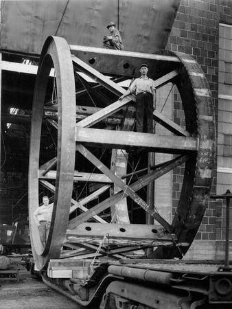 https://imgc.allpostersimages.com/img/posters/transporting-of-the-framework-of-the-hale-telescope-c-1936-48_u-L-PPYPG10.jpg?artPerspective=n