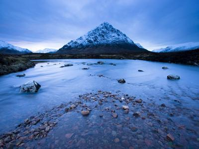 https://imgc.allpostersimages.com/img/posters/twilight-view-of-buachaille-etive-mor-and-the-river-etive-rannoch-moor-highland-scotland-uk_u-L-PFO5E00.jpg?p=0
