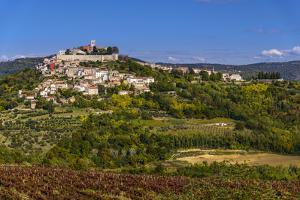Croatia, Istria, Mirnska Dolina, Motovun, Town View by Udo Siebig