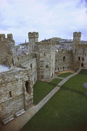 https://imgc.allpostersimages.com/img/posters/uk-wales-caernarfon-castle_u-L-PP9U9V0.jpg?p=0