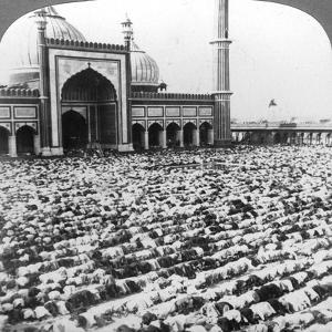 Praying at Jumma Musjid, Delhi, India, 1904 by Underwood & Underwood