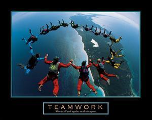 Teamwork – Skydiving by Unknown