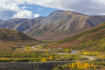 https://imgc.allpostersimages.com/img/posters/usa-alaska-brooks-range-landscape-with-trans-alaska-pipeline-and-highway_u-L-Q1CZXHG0.jpg?p=0