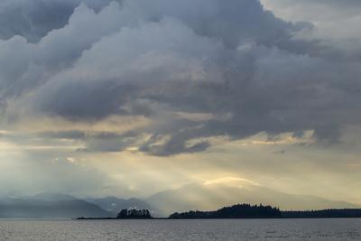 https://imgc.allpostersimages.com/img/posters/usa-alaska-tongass-national-forest-god-rays-and-landscape_u-L-Q1CZY6N0.jpg?p=0