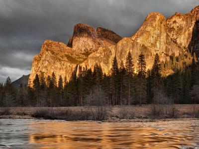 https://imgc.allpostersimages.com/img/posters/usa-california-yosemite-national-park-bridalveil-falls-at-sunset_u-L-Q1D06310.jpg?artPerspective=n