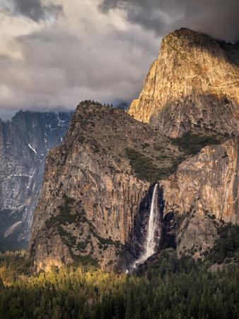 https://imgc.allpostersimages.com/img/posters/usa-california-yosemite-national-park-bridalveil-falls-at-sunset_u-L-Q1D07E80.jpg?p=0