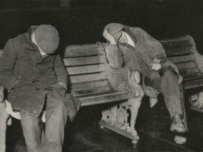 https://imgc.allpostersimages.com/img/posters/vagrants-asleep-on-bench-on-thames-embankment-london_u-L-Q1087W60.jpg?artPerspective=n