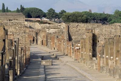 https://imgc.allpostersimages.com/img/posters/via-dell-abbondanza-lower-decumanus-of-pompeii_u-L-PPQY6L0.jpg?artPerspective=n