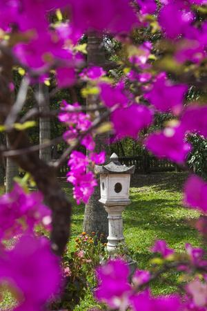 https://imgc.allpostersimages.com/img/posters/vietnam-hue-dieu-de-pagoda-exterior-detail_u-L-Q13BQFK0.jpg?p=0