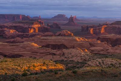 https://imgc.allpostersimages.com/img/posters/view-from-atop-hunt-s-mesa-in-monument-valley-tribal-park-of-the-navajo-nation-arizona-and-utah_u-L-Q12T7Q10.jpg?artPerspective=n