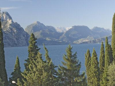 https://imgc.allpostersimages.com/img/posters/view-north-over-lake-garda-to-the-dolomites-beyond-italy-europe_u-L-P7MN4G0.jpg?p=0
