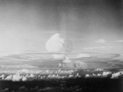 https://imgc.allpostersimages.com/img/posters/view-of-hydrogen-bomb-mushroom-cloud-rising_u-L-PZOE3G0.jpg?artPerspective=n