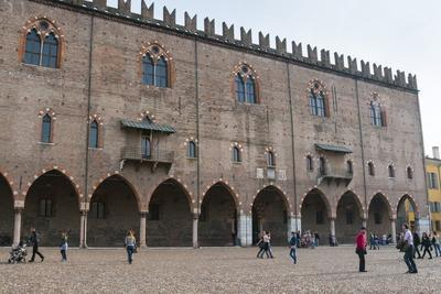 https://imgc.allpostersimages.com/img/posters/view-of-palazzo-ducale-piazza-sordello-mantova-lombardy-italy-europe_u-L-PQ8OYN0.jpg?p=0