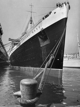 https://imgc.allpostersimages.com/img/posters/view-of-the-queen-mary-docked-in-new-york-city-after-it-s-arrival_u-L-P3OGQH0.jpg?p=0