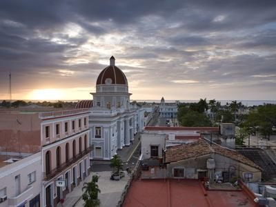 https://imgc.allpostersimages.com/img/posters/view-over-parque-jose-marti-at-sunset-from-the-roof-of-the-hotel-la-union-cienfuegos-cuba_u-L-PFO5LK0.jpg?artPerspective=n