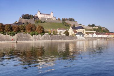 https://imgc.allpostersimages.com/img/posters/view-over-the-main-river-to-marienberg-fortress-and-st-burkard-church-in-autumn_u-L-PWFS500.jpg?p=0