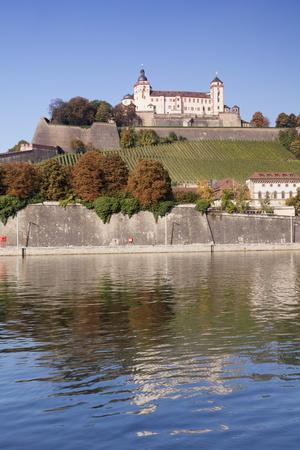 https://imgc.allpostersimages.com/img/posters/view-over-the-main-river-to-marienberg-fortress-and-st-burkard-church-in-autumn_u-L-PWFST40.jpg?p=0