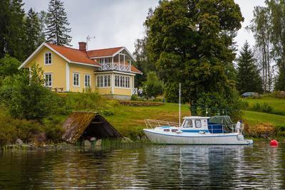 https://imgc.allpostersimages.com/img/posters/villa-boat-gustavsfors-lelang-lake-dalsland-sweden_u-L-Q1EXUI40.jpg?artPerspective=n