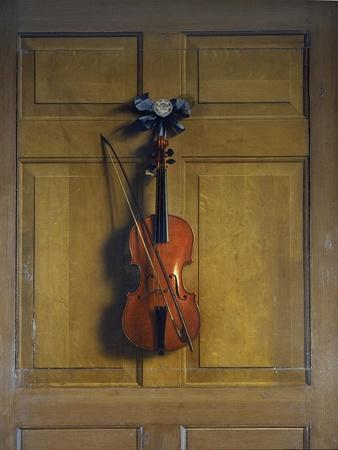 https://imgc.allpostersimages.com/img/posters/violin-and-bow-hanging-on-a-door_u-L-PLKXPJ0.jpg?p=0