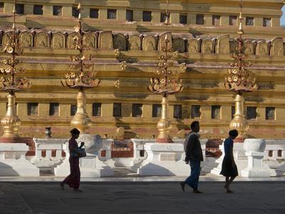 https://imgc.allpostersimages.com/img/posters/visitors-to-the-buddhist-temples-of-bagan-myanmar-burma_u-L-PWFHYH0.jpg?p=0