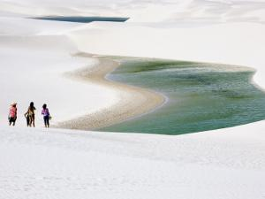 Tourists at Lencois National Park by Viviane Ponti