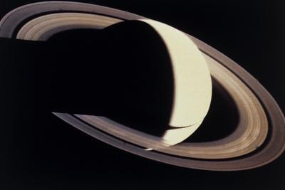 https://imgc.allpostersimages.com/img/posters/voyager-photo-of-saturn-and-its-rings_u-L-PZIYDA0.jpg?artPerspective=n