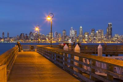 https://imgc.allpostersimages.com/img/posters/wa-seattle-seacrest-park-fishing-pier-with-skyline-view-over-elliott-bay-from-west-seattle_u-L-Q12T1GF0.jpg?p=0