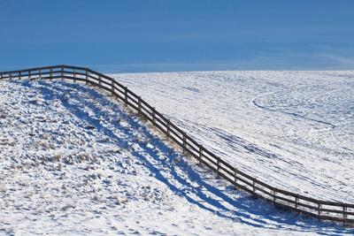 https://imgc.allpostersimages.com/img/posters/washington-fence-rolling-over-hillside-in-snow_u-L-Q12SZXD0.jpg?artPerspective=n