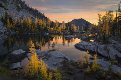 https://imgc.allpostersimages.com/img/posters/washington-subalpine-larch-surround-horseshoe-lake-alpine-lakes-wilderness-at-sunrise_u-L-Q12T1RC0.jpg?p=0
