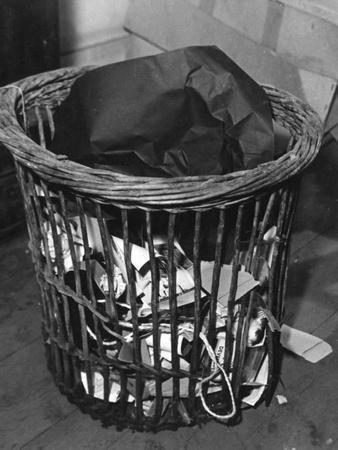 https://imgc.allpostersimages.com/img/posters/waste-paper-basket_u-L-Q1075W10.jpg?artPerspective=n