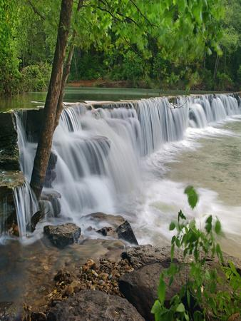 https://imgc.allpostersimages.com/img/posters/waterfall-lee-creek-arkansas-usa_u-L-Q1D023I0.jpg?p=0