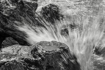 https://imgc.allpostersimages.com/img/posters/waves-crashing-upon-rocks-b-w_u-L-Q1CQPZ70.jpg?artPerspective=n