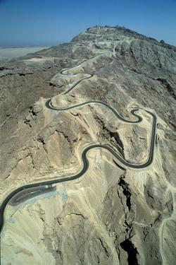 The serpentine new road to the summit of Jebel Hafit mountain near the al-'Ain oasis by Werner Forman